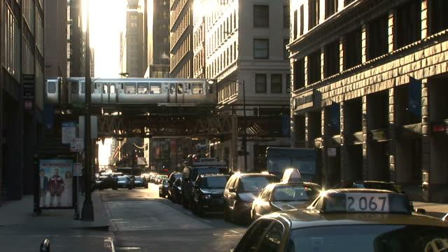 vídeos de stock, filmes e b-roll de view of heavy traffic in the city of chicago united states - metrô de chicago