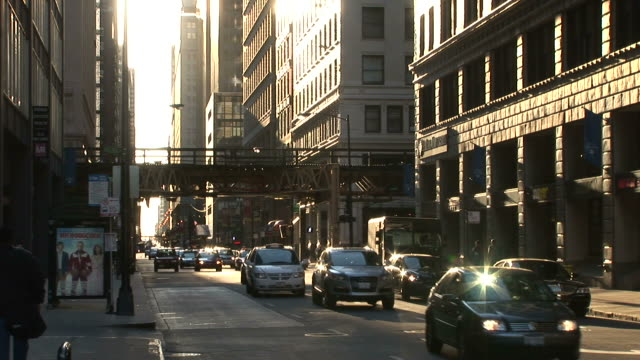 vidéos et rushes de view of heavy traffic in the city of chicago united states - wagon