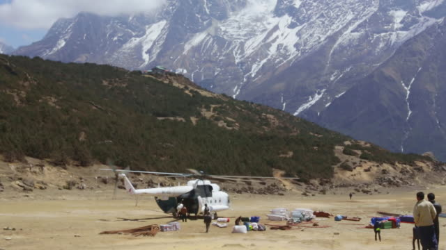 ws view of helicopter delivers supplies to sherpa's / solukhumbu, nepal - helicopter stock videos & royalty-free footage