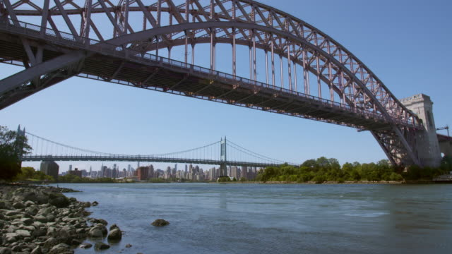 vídeos y material grabado en eventos de stock de view of hell gate and triborough bridge along the east river. the upper west side skyline can be seen in the distance. - puente colgante