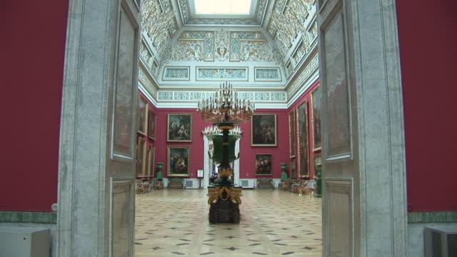 vídeos de stock e filmes b-roll de cu view of hermitage museum / saint petersburg, russia - museu