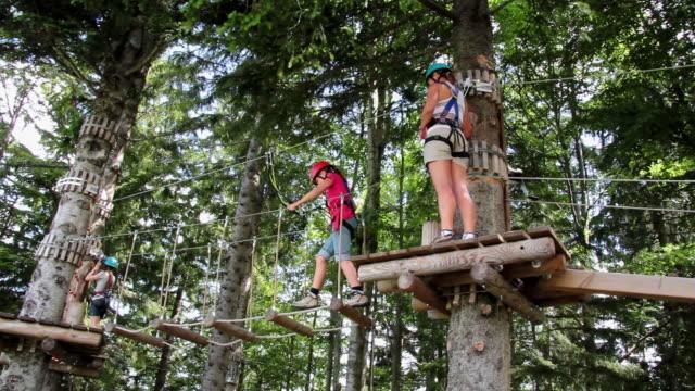 vidéos et rushes de ms pan view of high rope course sollereck  / oberstdorf, bavaria, germany  - en haut