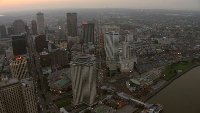 vídeos de stock, filmes e b-roll de ws aerial view of high view hotels and buildings on canal street / new orleans, louisiana, united states - high street