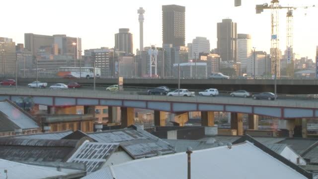 stockvideo's en b-roll-footage met ws t/l view of highway and cbd / johannesburg, gauteng, south africa - johannesburg