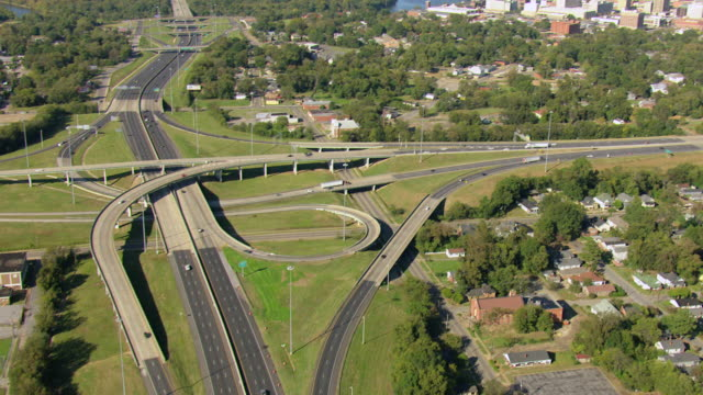 stockvideo's en b-roll-footage met ws aerial tu view of highway and downtown / montgomery, alabama, united states - alabama