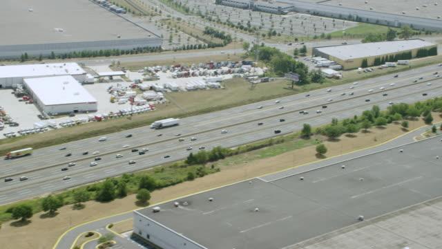 vídeos y material grabado en eventos de stock de ms zo aerial view of highway with passing cars / philadelphia - philadelphia pennsylvania