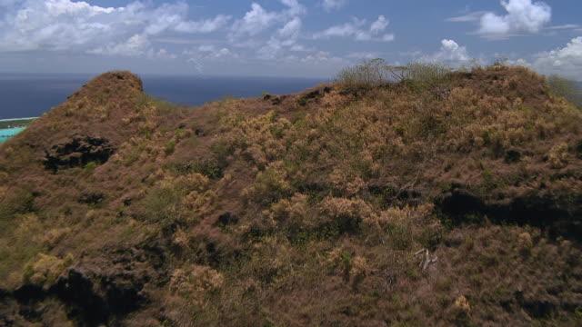vídeos de stock e filmes b-roll de ws pov view of hill with blue sea / bora bora, tahiti  - territórios ultramarinos franceses