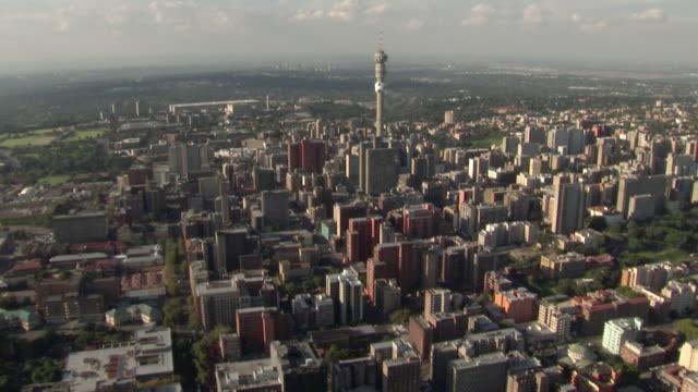 vídeos de stock e filmes b-roll de aerial view of hillbrow with hillbrow tower / johannesburg, gauteng, south africa - joanesburgo