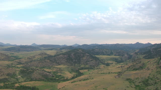 ws aerial view of hills and clouds in sky near guernsey ruts in platte county / wyoming, united states  - 西方拡大点の映像素材/bロール