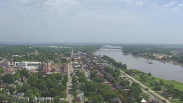 vídeos de stock e filmes b-roll de ws aerial view of historic district looking north up missouri river / st charles, missouri, united states - missouri