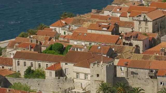 vídeos de stock, filmes e b-roll de ms aerial ds zo view of historic fortified town / korcula, dubrovnik neretva county, croatia - vista da cidade