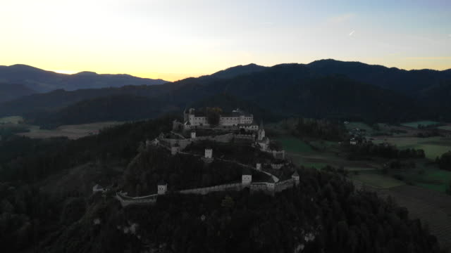 vidéos et rushes de view of hochosterwitz castle (one of austria's most impressive medieval castles) in launsdorf, austria - culture autrichienne