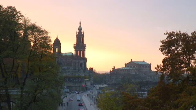 vídeos de stock, filmes e b-roll de ws view of hofkirche and semperoper/ dresden, saxony, germany - céu romântico