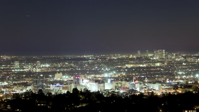 vídeos de stock e filmes b-roll de ws aerial view of hollywood and west city at night with pacific ocean in  distance / los angeles, ca, united states - west hollywood