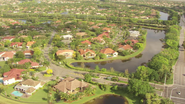 vídeos y material grabado en eventos de stock de ws aerial view of homes in neighborhood in broward county / pompano beach, florida, united states - estrecho