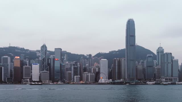 t/l td ansicht von hong kong victoria harbour panorama - berg victoria peak stock-videos und b-roll-filmmaterial