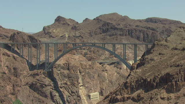 vídeos de stock, filmes e b-roll de ws aerial view of hoover dam and bypass with cars driving / arizona, united states - represa hoover