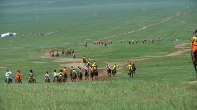 vidéos et rushes de ws view of horse race at nadaam festival / ulaan baatar, tuv, mongolia - mongolie indépendante