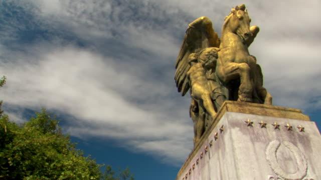 vídeos de stock e filmes b-roll de ms pan view of horse statue on memorial bridge with clouds moving in sky / arlington, virginia, united states - figura masculina