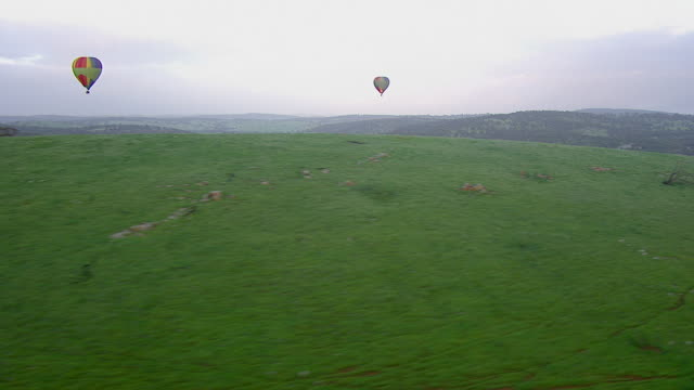 ws aerial view of hot air balloon flying over mountain / kings cliff, new south wales, australia - new south wales stock videos & royalty-free footage
