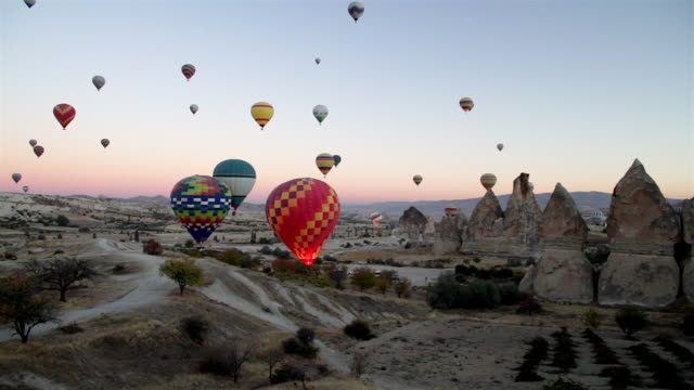 ws t/l view of hot air balloons over valley in cappadocia / goremel, turkey - hot air balloon stock videos & royalty-free footage