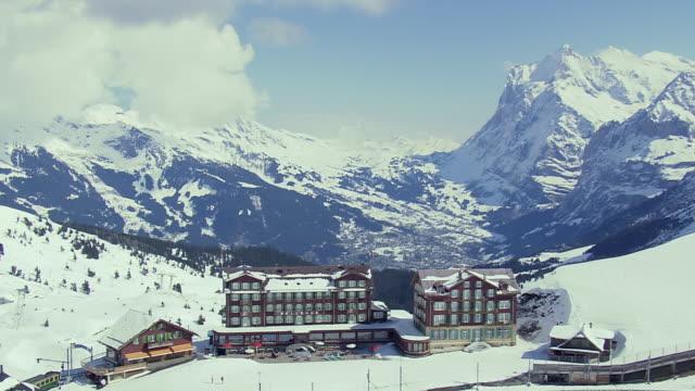 vídeos de stock, filmes e b-roll de ws aerial view of hotel at kleine scweidegg station / switzerland - hotel