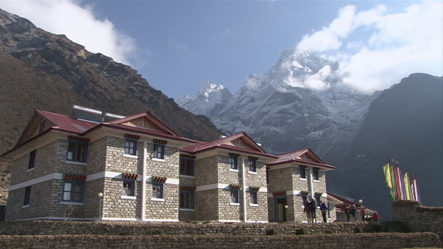 ws view  of hotel building with mountains / mende, khumbu region, nepal - khumbu stock videos & royalty-free footage