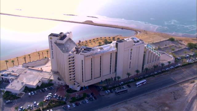 aeral ws  zi view of hotels in city near dead sea / ein boqeq, sourn judea desert, israel - 聖地パレスチナ点の映像素材/bロール