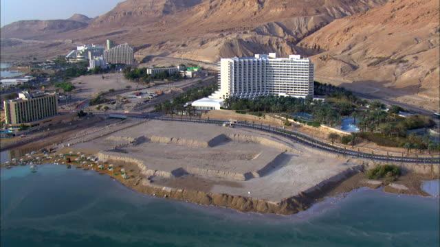 aerail ws  zi ts view of hotels in city near dead sea / ein boqeq, sourn judea desert, israel - 聖地パレスチナ点の映像素材/bロール