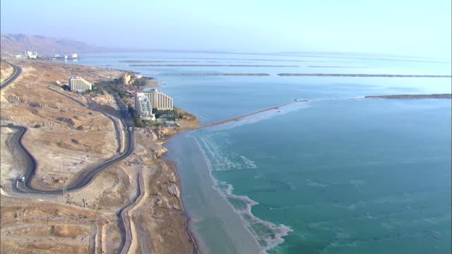 ws ts zi view of hotels in city near dead sea / ein boqeq, sourn judea desert, israel - 聖地パレスチナ点の映像素材/bロール