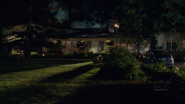 vídeos de stock, filmes e b-roll de ws view of house and lawn with car parked in driveway at night / san rafael, california, usa - entrada para carros