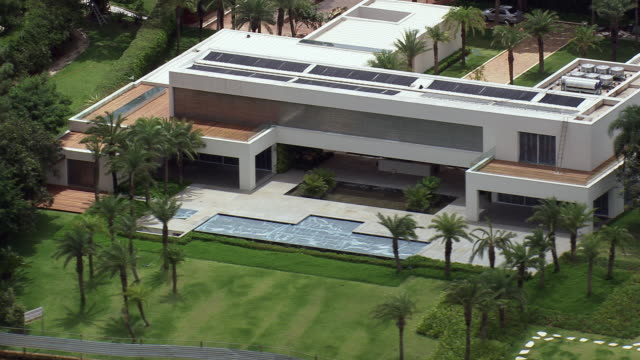 vidéos et rushes de ws aerial view of house / brasilia, brazil - moderne