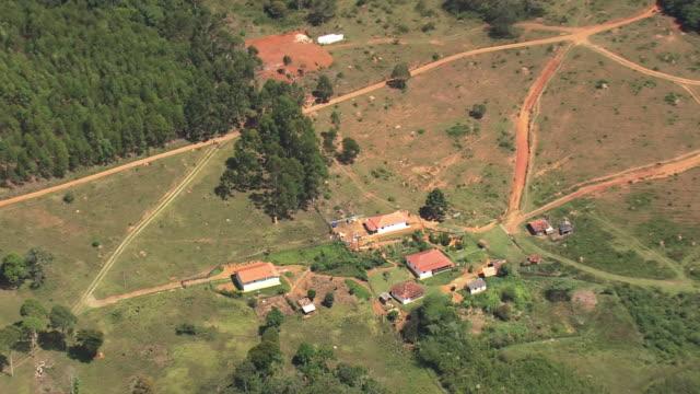 vídeos de stock, filmes e b-roll de ws aerial zi view of house / brasilia, brazil - estrada rural