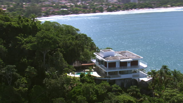 stockvideo's en b-roll-footage met ms aerial view of house near ubatuba coastline / sao paulo, brazil - zuid amerika