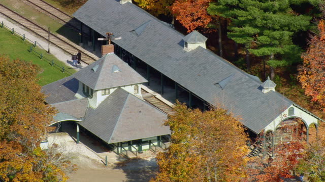 ws arieal view of house/ vermont, united states - 史跡めぐり点の映像素材/bロール