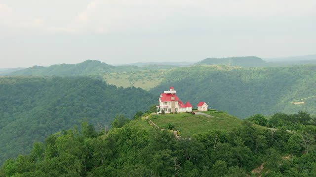 ws zi aerial view of house with lookout tower / kentucky, united states - なだらかな起伏のある地形点の映像素材/bロール