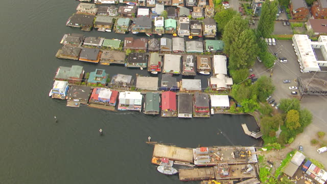 WS AERIAL View of houseboats on lake Union / Seattle, Washington, United States