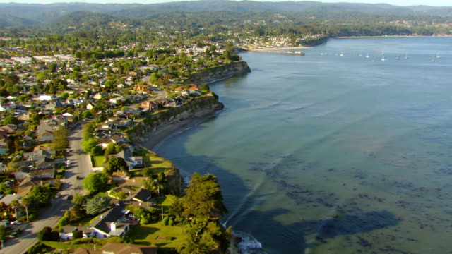 ws aerial view of houses along coastline of pacific ocean / california, united states - 沿岸点の映像素材/bロール