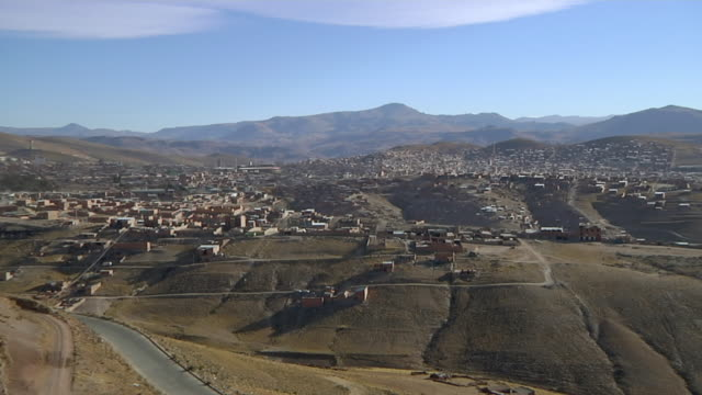 ws view of houses and mountain / potosi bolivia - ボリビア点の映像素材/bロール
