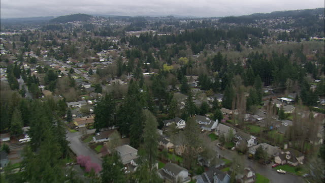 ws aerial view of houses and tree at portland suburbs / oregon, united states - portland oregon stock-videos und b-roll-filmmaterial