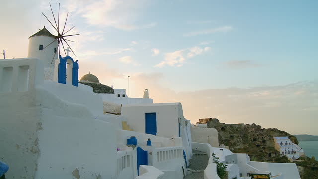 ws view of houses and windmill at village oia / santorini, cyclades, greece - サントリーニ島点の映像素材/bロール
