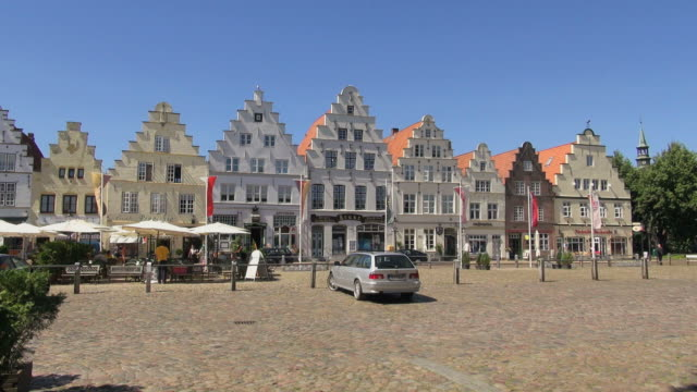 vídeos y material grabado en eventos de stock de ws view of houses at market square, north sea north frisia / friedrichstadt, schleswig holstein, germany - plaza del mercado