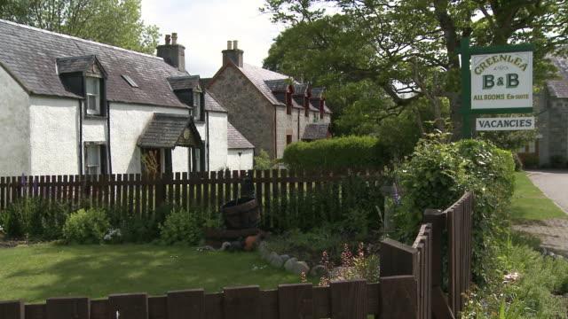 vídeos de stock e filmes b-roll de ws view of houses / / drumnadrochit, great glen, highlands, scotland - escrita ocidental