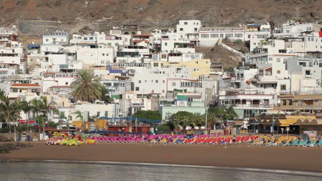 vídeos de stock e filmes b-roll de ws view of houses of puerto de mogan with beach / puerto de mogan, gran canaria canary islands, spain - destino de viagem