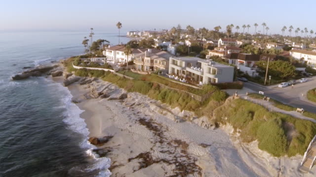 vídeos de stock e filmes b-roll de ws aerial slo mo view of houses on beach la jolla / san diego, california, united states - san diego