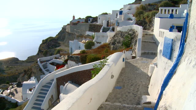 ws view of houses on hill at village oia with ocean / santorini, cyclades, greece - oia santorini stock videos & royalty-free footage