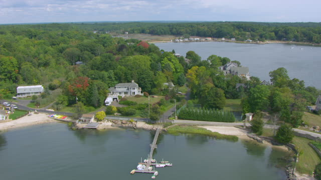 ws aerial pov view of houses on narrows island near harrison point / guilford, connecticut, united states - コネチカット州点の映像素材/bロール