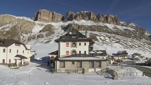 vidéos et rushes de ws view of houses on passo pordoi / south tyrol, alto adige, italy - ensoleillé