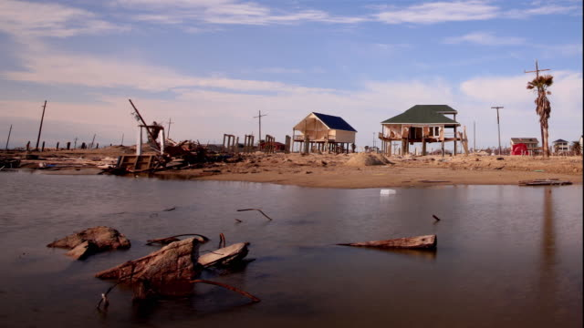 vídeos y material grabado en eventos de stock de ws t/l view of houses on stilts and severely flooded landscape due to hurricane damage / gilchrist, texas, usa - stilts