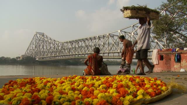 view of howrah bridge in kolkata india - howrabron bildbanksvideor och videomaterial från bakom kulisserna